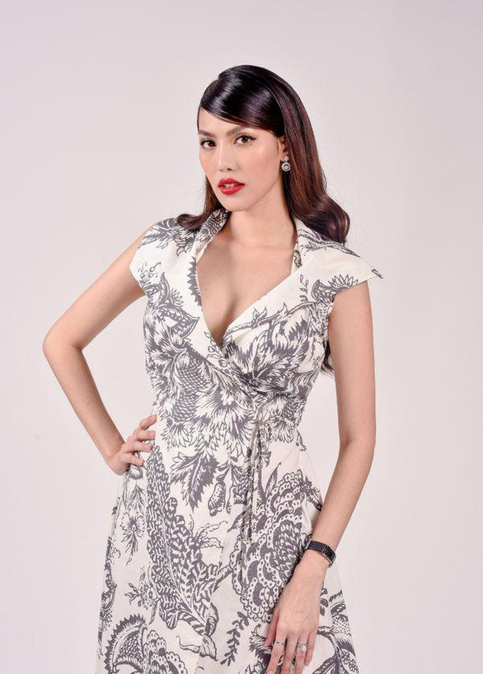 Diện lại váy cách đây 2 năm khi đang bầu bí, Lan Khuê khéo thay đổi một chi tiết để tốt cho em bé