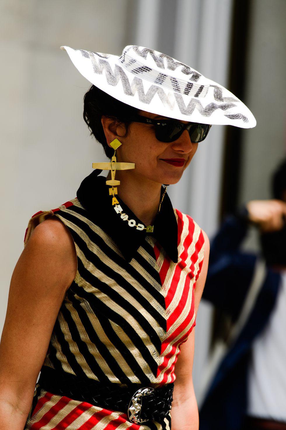 """Street style mùa Haute Couture Thu – Đông 2019 tràn ngập những phụ kiện """"độc lạ"""""""