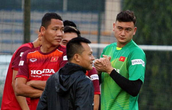 ĐTQG Việt Nam tập trung đấu Thái Lan, chị em say vẻ nam thần của các tuyển thủ
