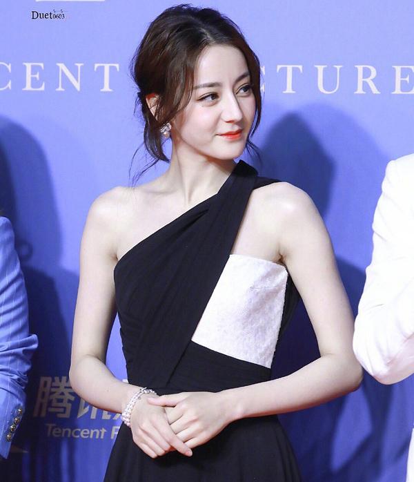Diện váy xẻ cao khoe chân dài miên man, Địch Lệ Nhiệt Ba khiến cả Weibo 'dậy sóng' nhưng bất ngờ nhất là ở tấm cuối