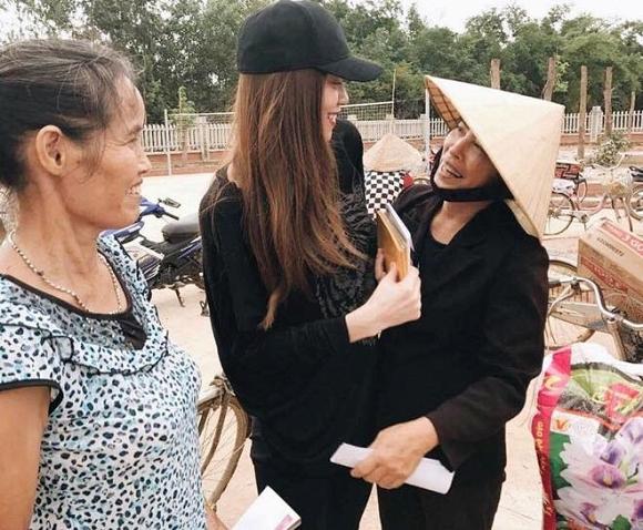 Long lanh trên thảm đỏ là vậy, nhưng khi đi từ thiện mỹ nhân Việt lại giản dị đến không ngờ