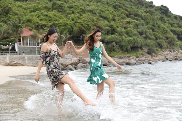 Á hậu Huỳnh Yến Nhi nô đùa trước biển Tiên Sa…