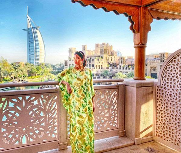Du lịch Dubai, bà bầu tháng thứ 7 Lan Khuê tự tin với đầm rực rỡ