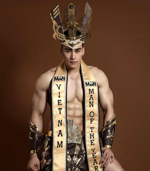 Tưởng Ngọc Minh khoe body cực phẩm, cơ bắp vạm vỡ trong trang phục dân tộc tại Man Of The Year 2019