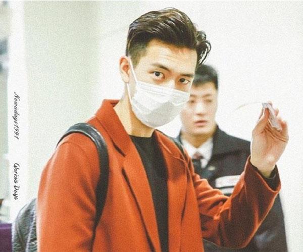 Nam tài tử 9X đeo khẩu trang, mặc đơn giản ra sân bay vẫn được khen