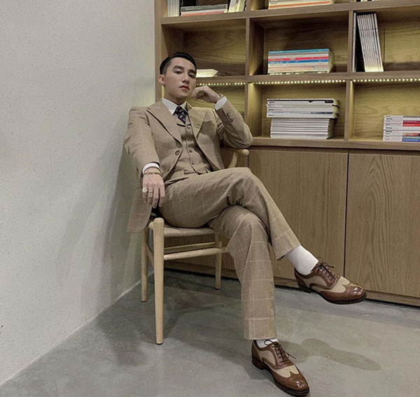 Sơn Tùng M-TP mặc suit như quý ông, Isaac diện đồ đơn giản ở Hội An