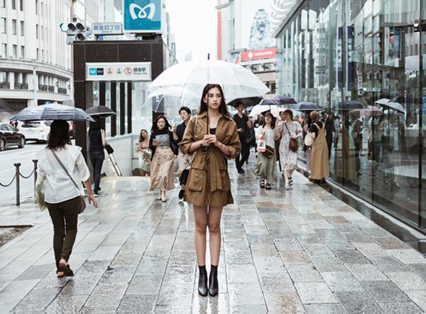 """Hoa hậu Tiểu Vy gây bất ngờ với style """"chất ngất"""" trên đường phố Nhật Bản"""