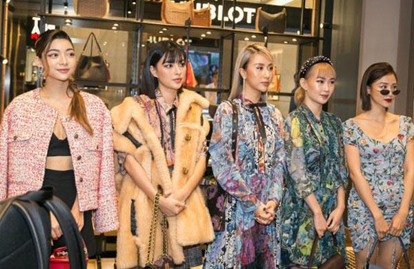 """Tú Hảo """"so găng"""" Quỳnh Anh Shyn trong style in hoa cho mùa Thu Đông 2019"""
