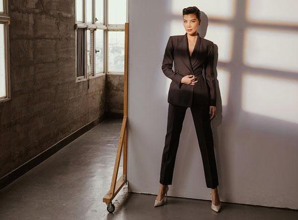 Siêu mẫu Vũ Cẩm Nhung tư vấn cách mix suit và blazer đẹp hoàn hảo cho mùa thu đông