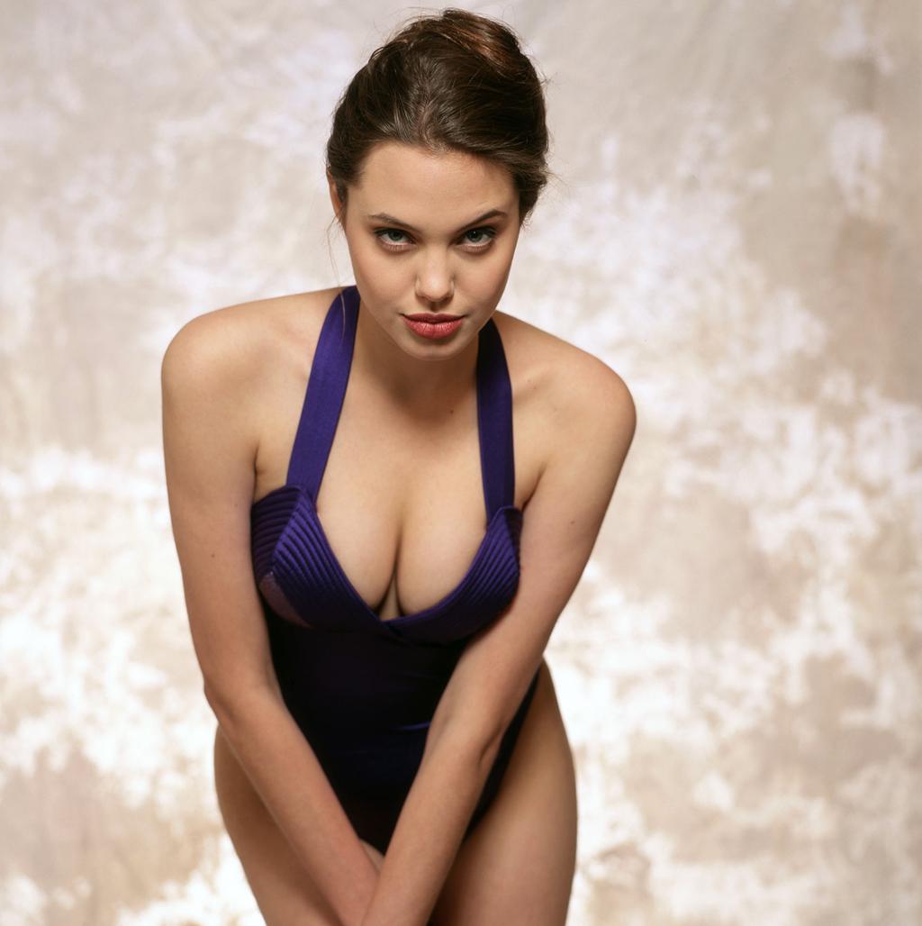 Angelina Jolie khoe thân hình gợi cảm năm 16 tuổi