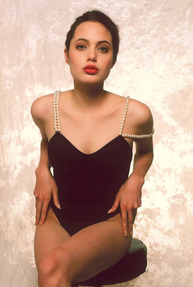 Angelina Jolie khoe than hinh goi cam nam 16 tuoi hinh anh 4