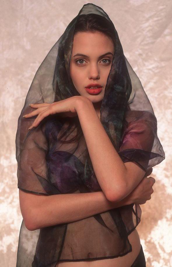 Angelina Jolie khoe than hinh goi cam nam 16 tuoi hinh anh 8