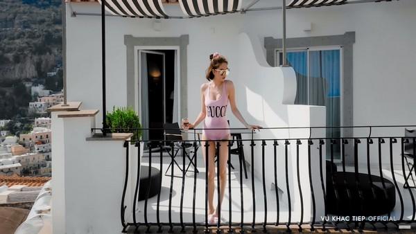Ngọc Trinh diện váy lưới không nội y khoe trọn đường cong ở Ý