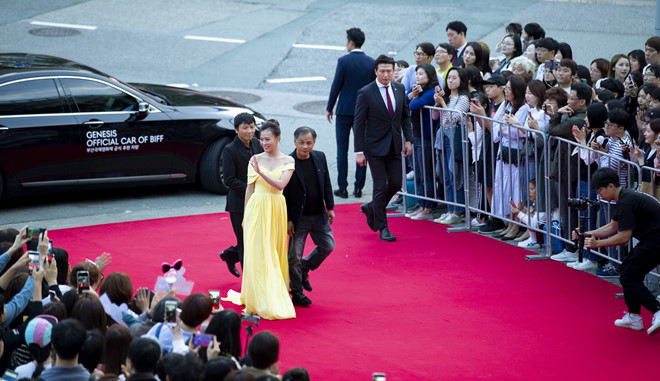 'Quynh bup be' Phuong Oanh, Angelababy rang ro tren tham do LHP Busan hinh anh 1
