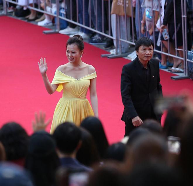 'Quỳnh búp bê' Phương Oanh, Angelababy rạng rỡ trên thảm đỏ LHP Busan