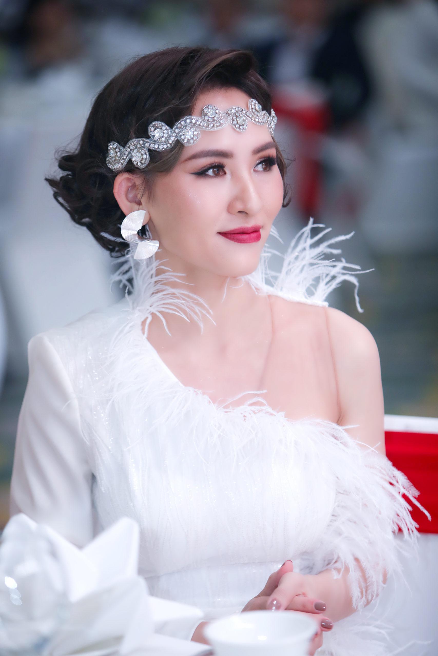 Quán quân sắc đẹp quốc tế Kim Sỹ ra mắt bộ sưu tập thời trang của YSG