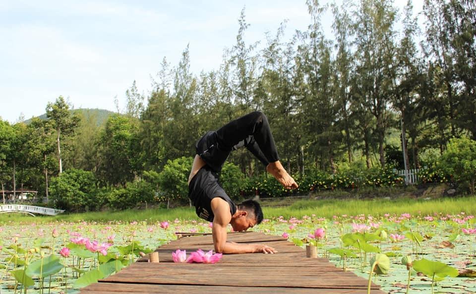 Huấn luyện viên Yoga Quang Minh gây thích thú với những tư thế Yoga điêu luyện