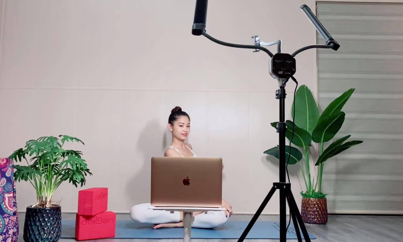 Cách giảm mỡ hiệu quả trong mùa dịch cùng Yogi Quỳnh Phạm bằng các tư thế Yoga với ghế