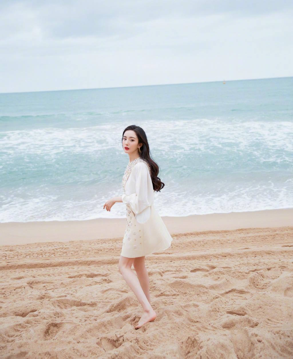 Dương Mịch khoe ảnh trên bãi biển đẹp xuất thần giữa tin đồn phẫu thuật thẩm mỹ