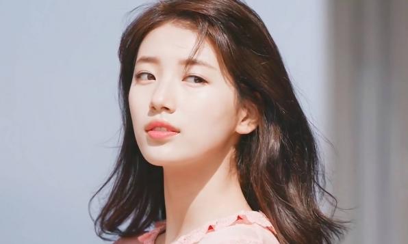 """Bae Suzy nhận """"mưa"""" lời khen với trang phục sáng màu, lọt top những người làm rạng rỡ xứ Hàn"""