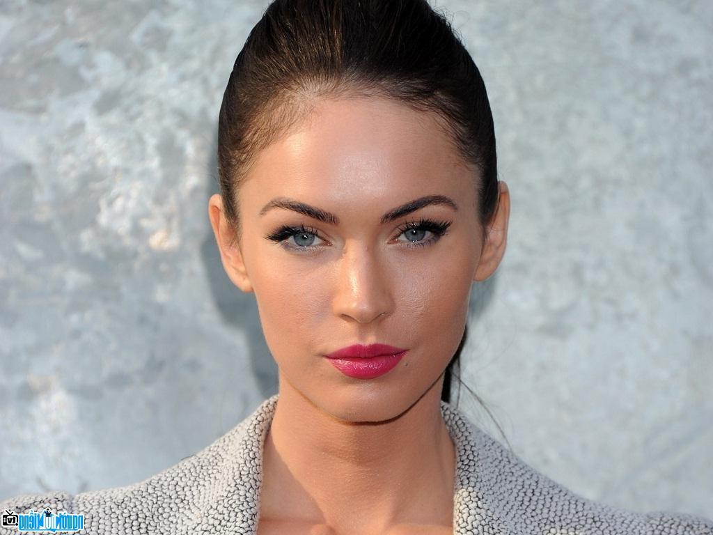 Sau khi mặc nội y xuống phố, Megan Fox lại diện đầm trong suốt trên thảm đỏ
