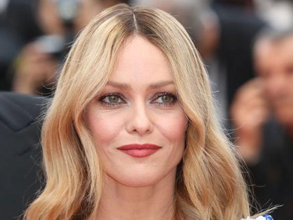 """Gu mặc trẻ trung phóng khoáng của Vanessa Paradis – tình cũ """"cướp biển"""" Johnny Depp"""