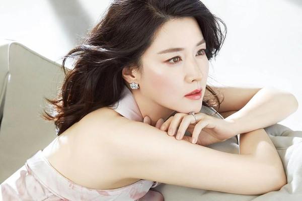 """Gặp lại Lee Young Ae – """"nàng Dae Jang Geum"""" trong bộ ảnh thời trang đẹp chất ngất"""