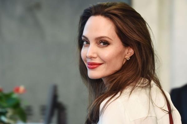 Học minh tinh Angelina Jolie cách mặc đẹp và ít tốn kém